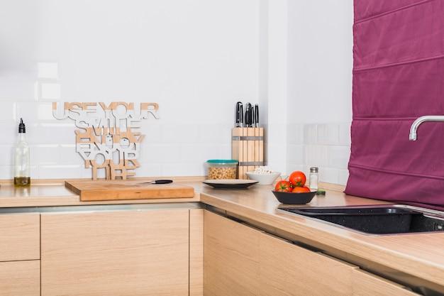 Bonita mesa de esquina de cocina con productos