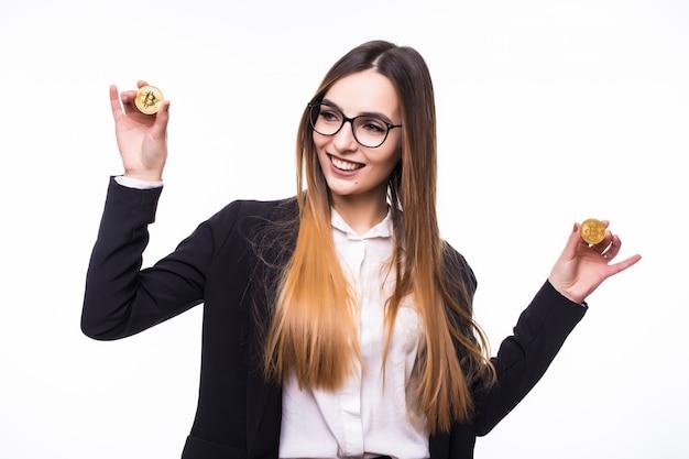 Bonita modelo sosteniendo una criptomoneda de moneda bitcoin física en su mano