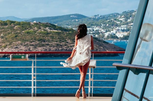 Bonita morena mujer disfrutando de verano crucero por el mar