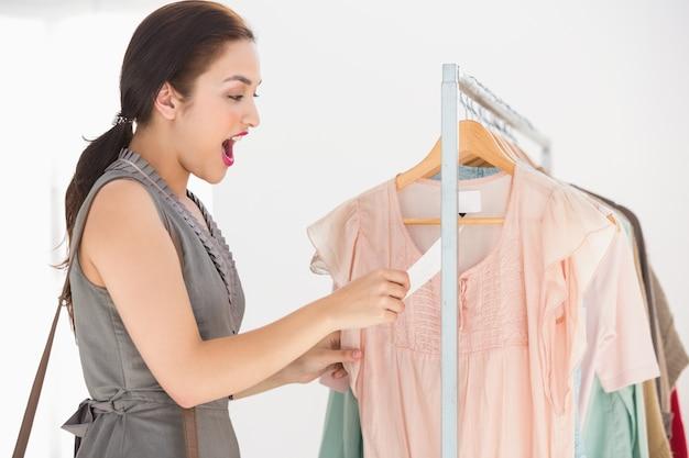 Bonita morena sorprendida por el precio de la camisa