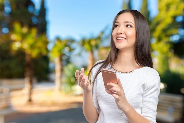Bonita mujer adolescente usando teléfono