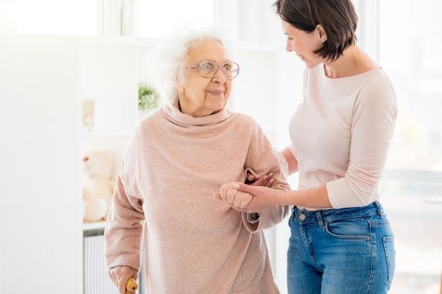 Bonita mujer apoyando a pensionista