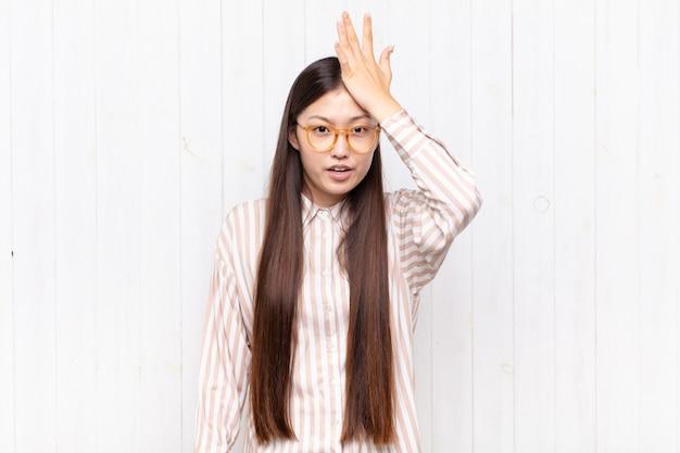 Bonita mujer china contra la pared blanca
