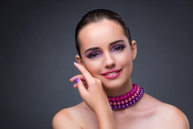 Bonita mujer con collar de perlas.