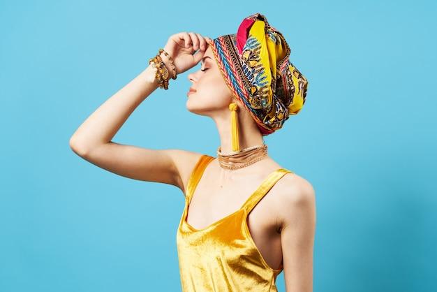 Bonita mujer decoración multicolor pañuelo etnia fondo azul. foto de alta calidad
