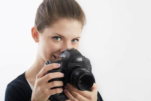 Bonita mujer fotógrafa trabajando en estudio