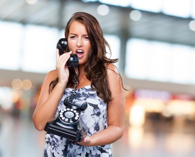 Bonita mujer hablando por teléfono