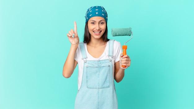 Bonita mujer hispana que se siente como un genio feliz y emocionado después de realizar una idea. concepto de casa de pintura
