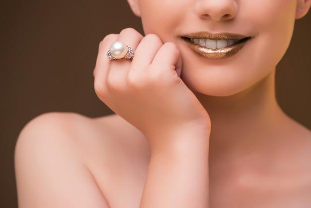 Bonita mujer con joyas elegantes.