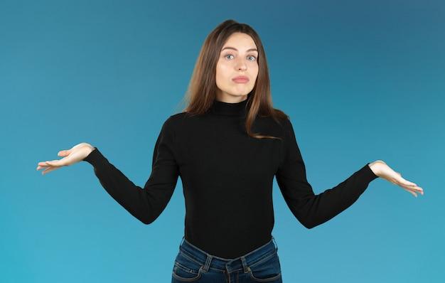 Bonita mujer de negocios sosteniendo sus manos diciendo que no sabe aislado
