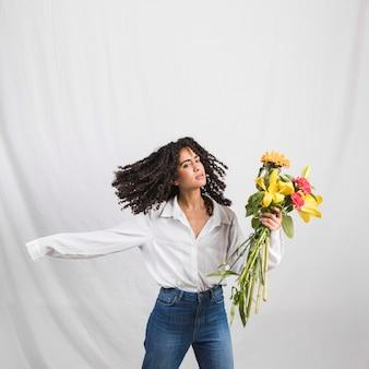 Bonita mujer negra con ramo de flores.