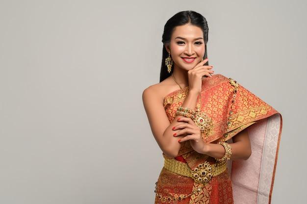 Bonita mujer tailandesa con vestido tailandés