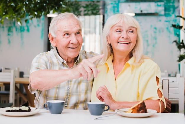 Bonita pareja de ancianos mirando a otro lado con una sonrisa