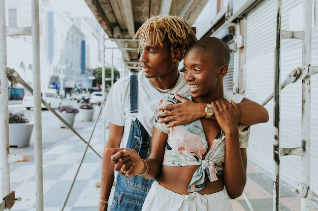 Bonita pareja en las calles.