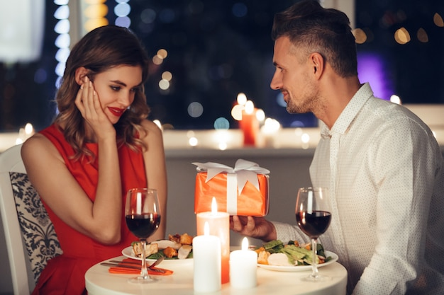 Bonita pareja cena romántica en casa