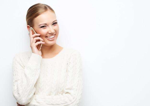 Bonita rubia hablando por teléfono móvil