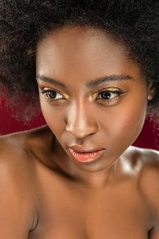 Bonita sesión de fotos. retrato de una bonita mujer desnuda que participa en la sesión de fotos desnuda