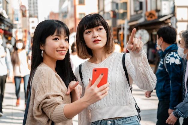 Bonitas chicas asiáticas juntas al aire libre