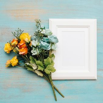 Bonitas flores con marco blanco para texto.