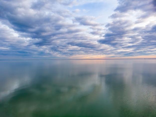 Bonitas nubes reflexión sobre el lago balaton en hungría, fotografía aérea