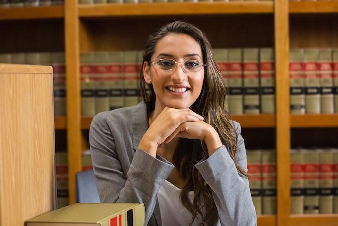 Bonito abogado en la biblioteca de derecho de la universidad