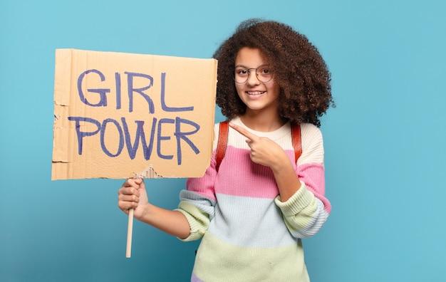Bonito concepto de poder de niña adolescente afro