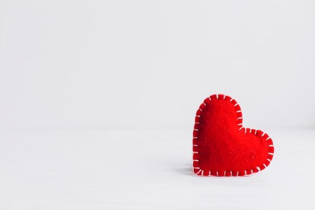 Bonito corazón de tela sobre fondo blanco