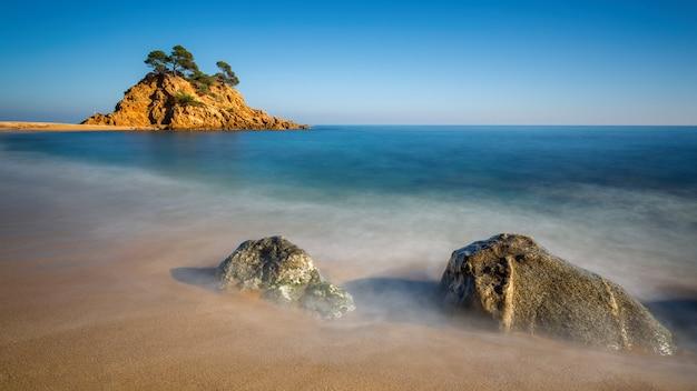 Bonito detalle de la costa española en la costa brava, playa de aro