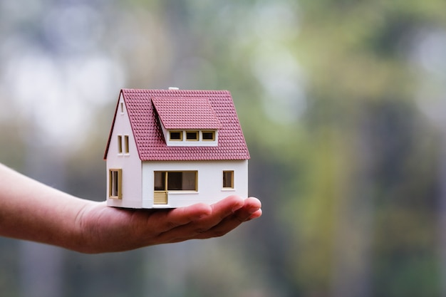 Bonito diseño de la casa. el concepto de vivienda nueva para la familia