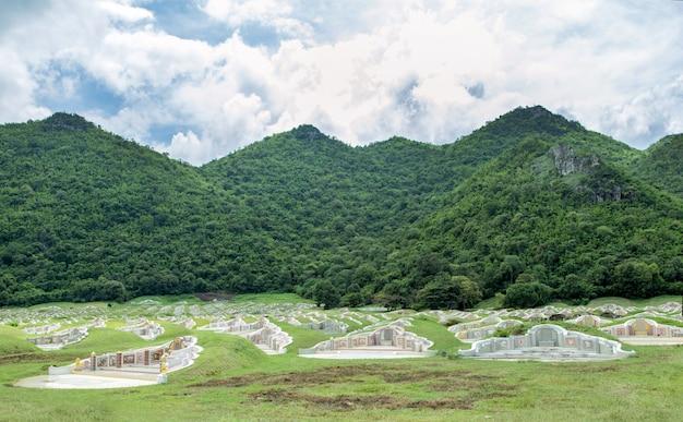 Bonito funeral chino en montaña verde