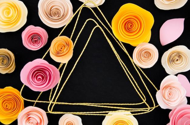 Bonito marco floral sobre fondo negro