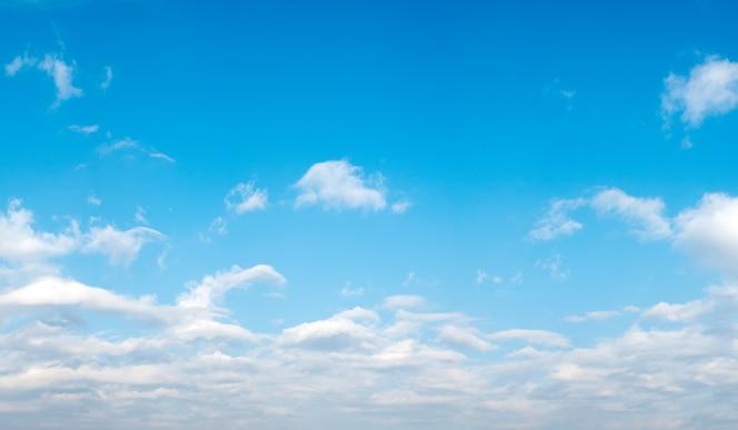 Bonito paisaje con nubes