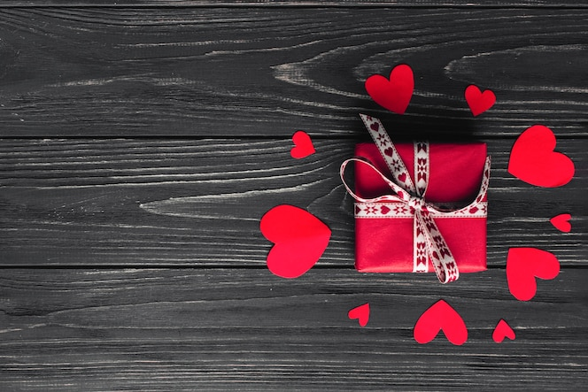 Bonito presente y corazones de papel