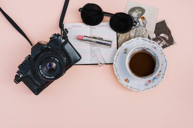 Bonitos accesorios cerca de la cámara y el café