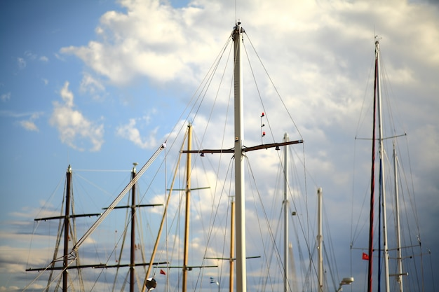 Bonitos mástiles de barcos para navegar
