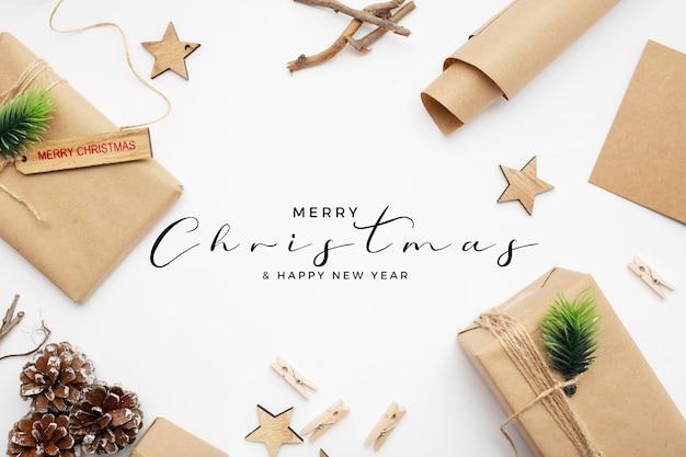 Bonitos paquetes de navidad en mesa blanca