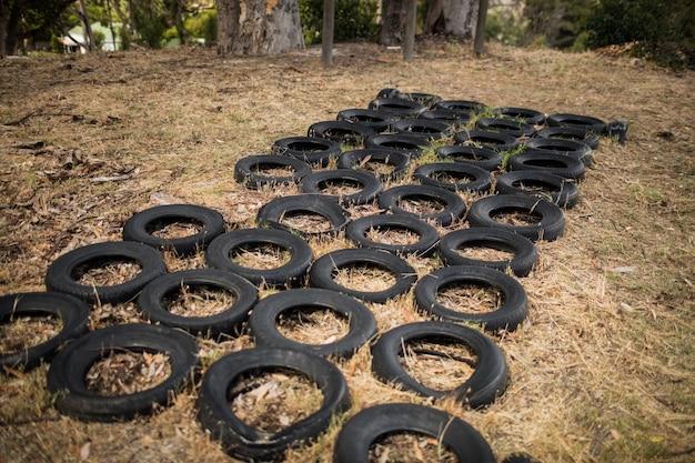 Boot camp con carrera de obstáculos de neumáticos