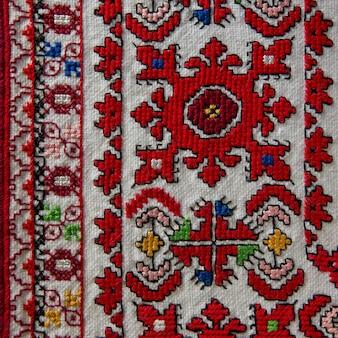 Bordado a mano popular con hilos de colores sobre telas naturales, elementos de ropa con decoración