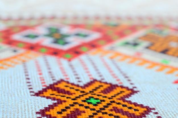 Bordado tejido tradicional ucraniano en tejido textil