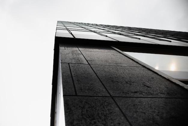 Borde de ángulo bajo del edificio moderno