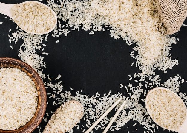 Borde del arroz blanco derramado