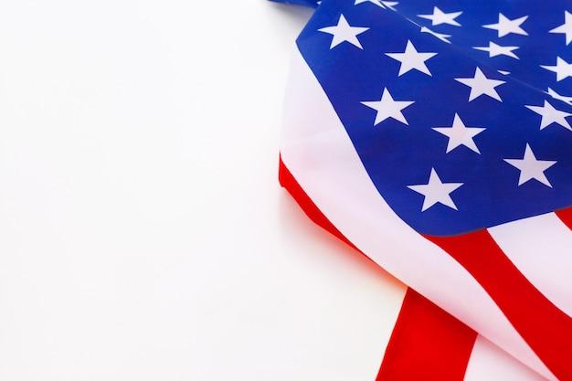 Borde de la bandera americana aislado en un blanco
