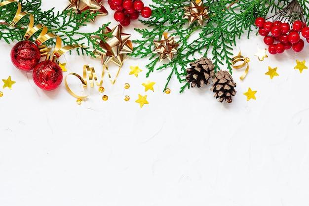 Borde brillante de navidad y año nuevo sobre fondo blanco con espacio de copia para su diseño.