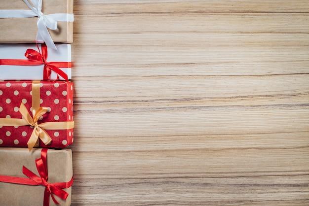 Borde de cajas de regalo en superficie de madera