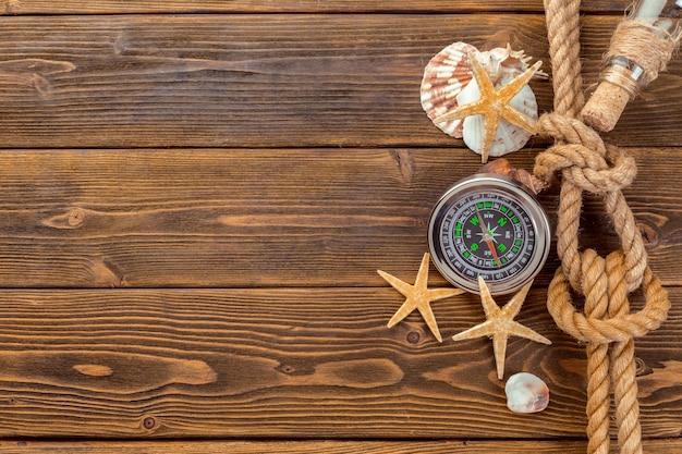 Borde de conchas marinas sobre fondo de madera