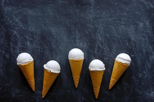 Borde de conos de helado con helado de vainilla