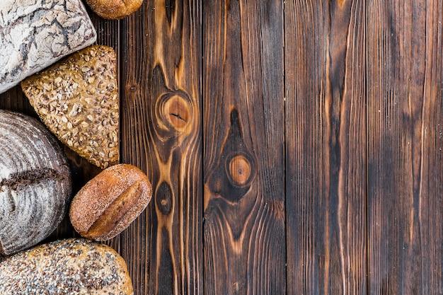 Borde de pan en madera oscura con fondo de espacio de copia