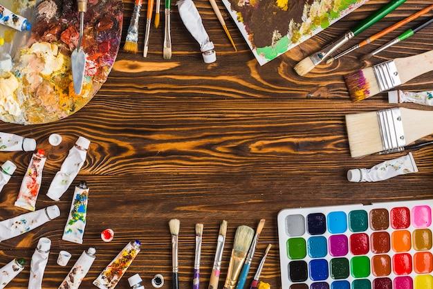 Borde de pinturas y pinceles surtidos