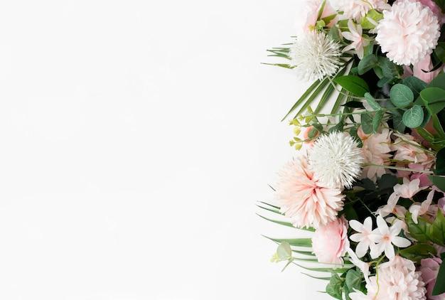 Borde de flor rosa con hojas de palmera sobre fondo blanco.