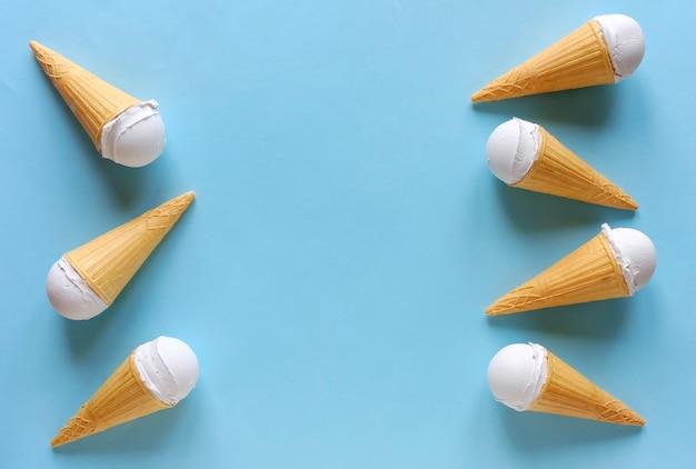 Borde lateral de conos de helado congelados